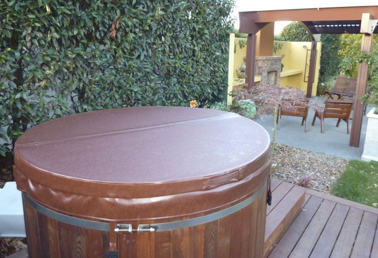 Jacuzzi madera piscina con jacuzzi y deck de madera for Jacuzzi exterior madera
