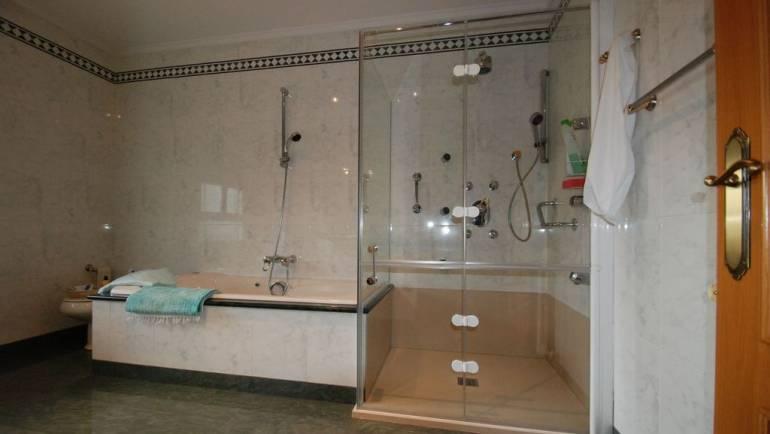 Aprende a elegir entre cabina hidromasaje y bañera hidromasaje ¿Cuál es lo mejor para tu baño?
