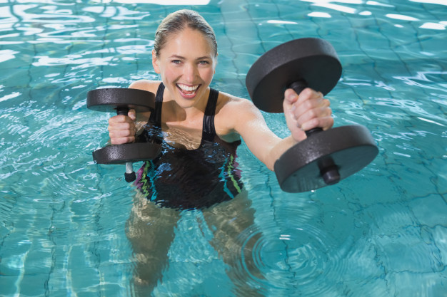 Una piscina con jacuzzi, ideal para la recuperación muscular